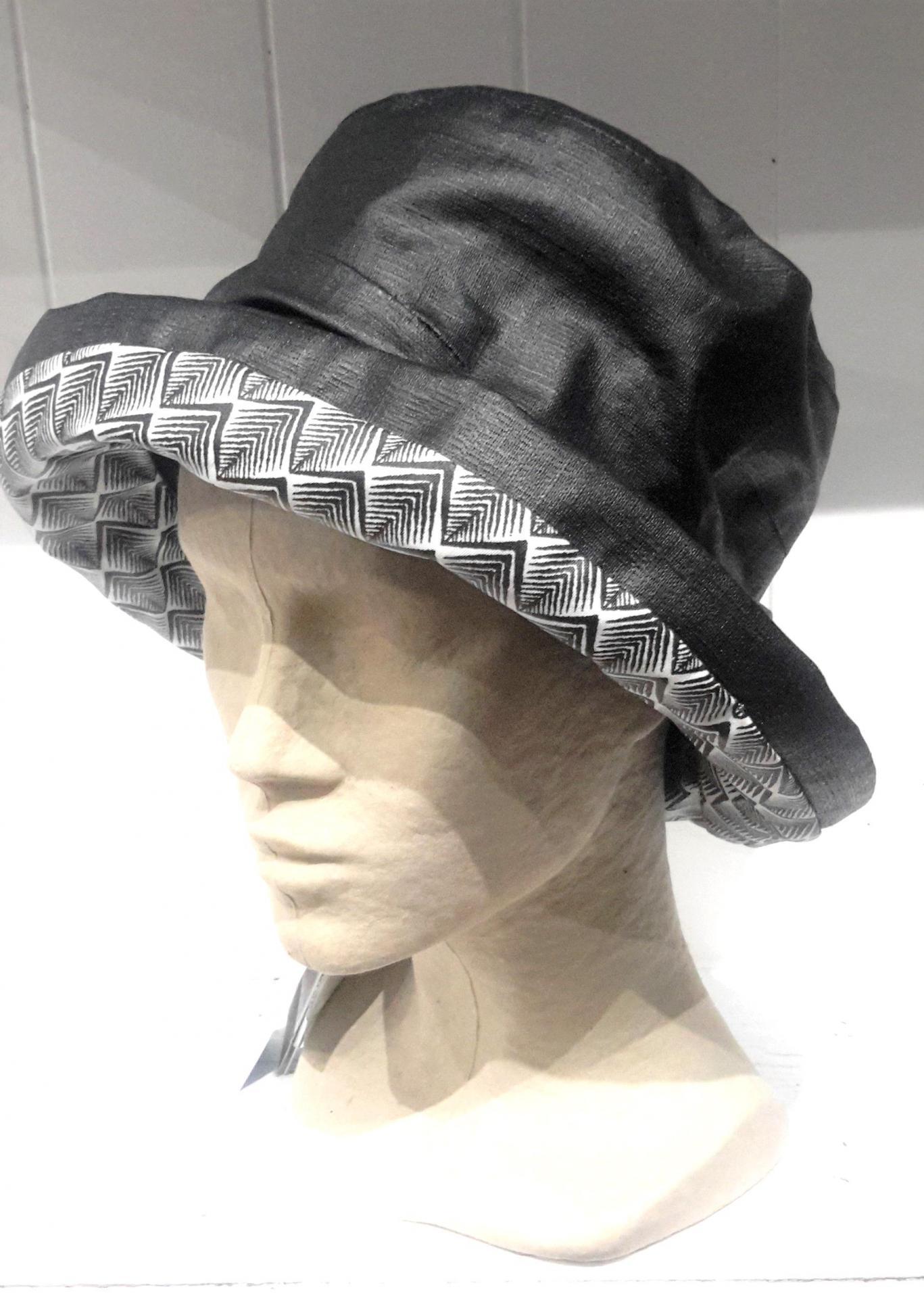 Chapeau de pluis noir et blanc